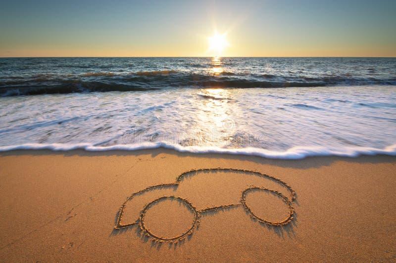 在海滩沙子的汽车 免版税库存照片