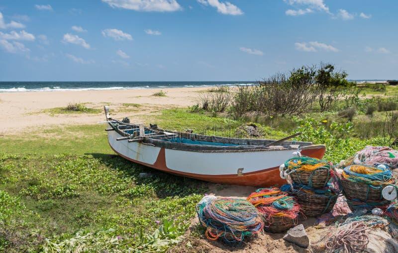 在海洋海岸的渔船 免版税库存图片