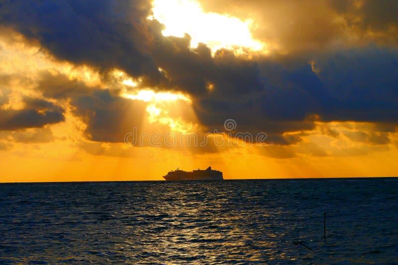 在海滩海洋全景的日落 库存照片