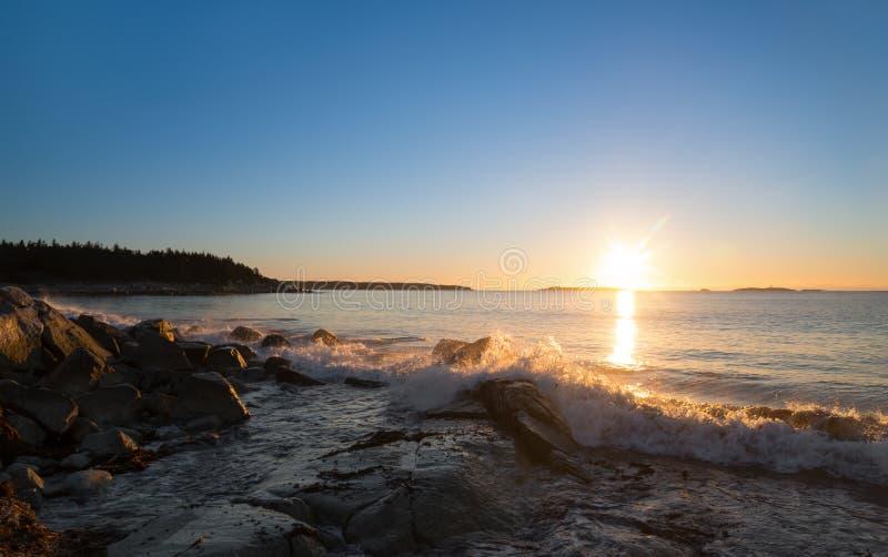 在海洋海滩的冬天日出 免版税库存照片