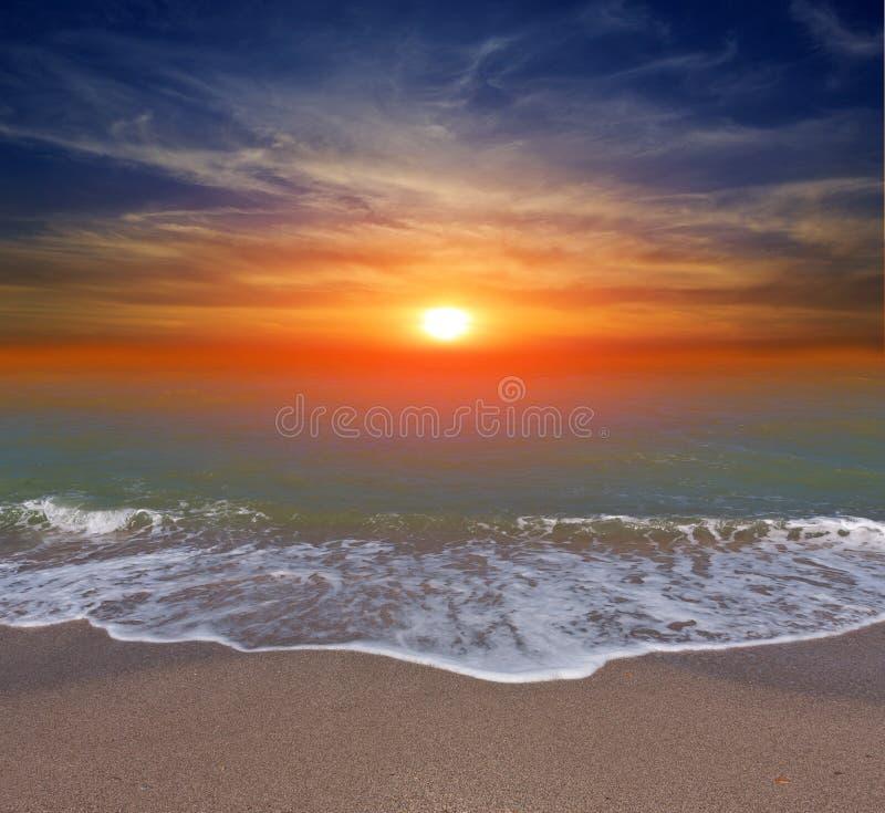 在海洋海滩的日落 免版税库存照片