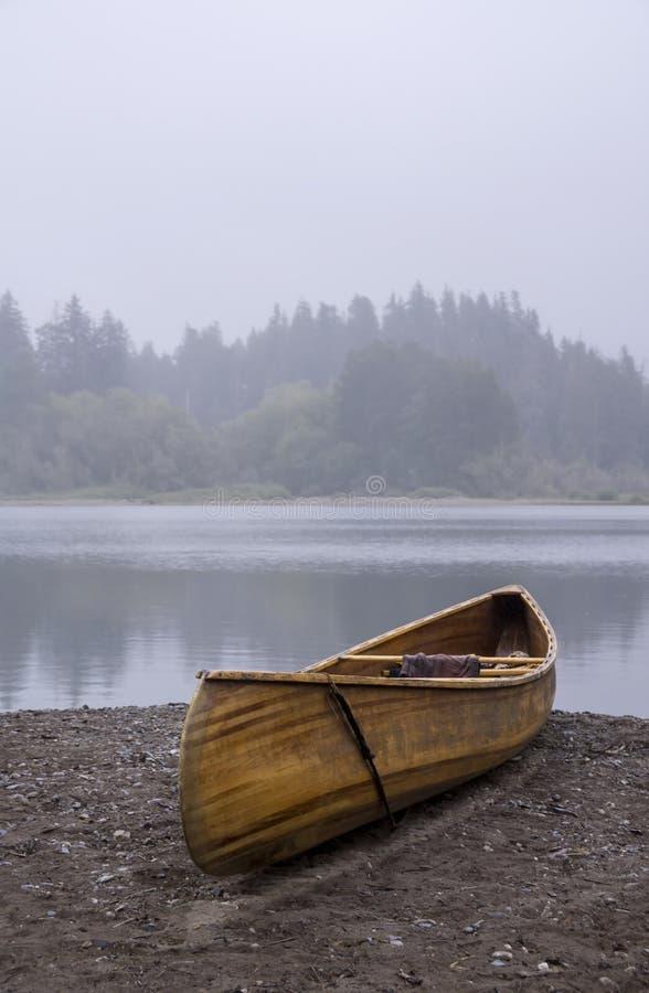在海滩的一个木独木舟 图库摄影