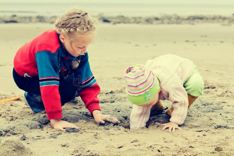 在海滩的两个孩子。 免版税图库摄影