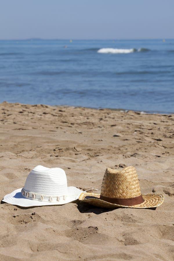 在海滩的两个草帽 免版税图库摄影