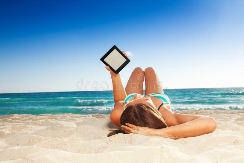 在海滩的乐趣读书 库存照片