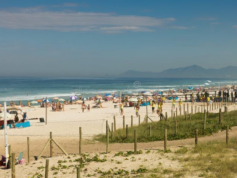 在海滩的人享用的和实践的体育-里约热内卢 库存图片