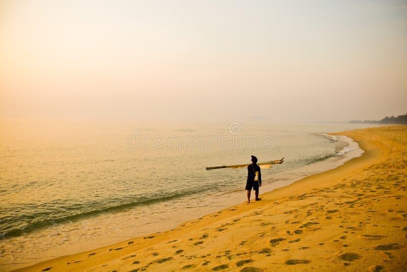 在海滩的人剪影 免版税库存照片