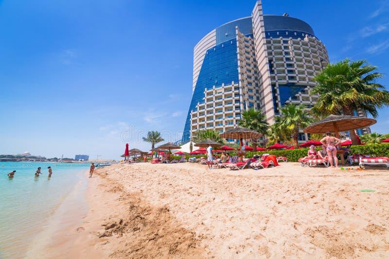 在海滩的假日在阿布扎比 免版税库存照片