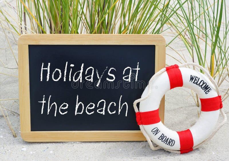 在海滩的假日-欢迎在船上 免版税图库摄影