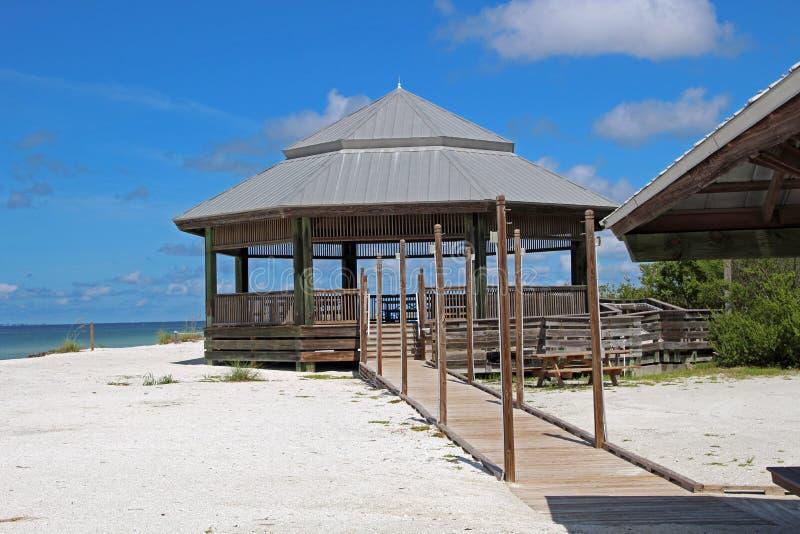 在海滩的八角形物小屋在恋人钥匙 免版税库存图片
