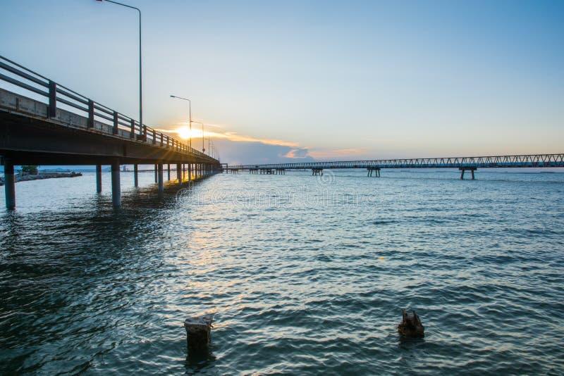 在海水的具体桥梁与日出 库存照片