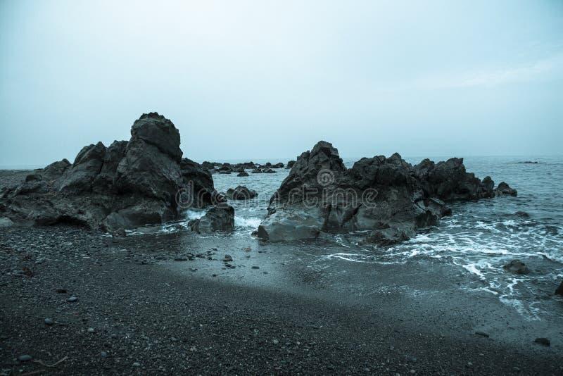 在海滨的凉快的岩石 库存图片