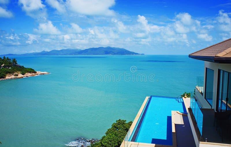 在海滩的别墅与水池 免版税图库摄影