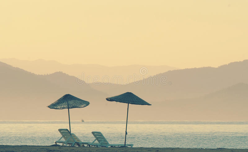 在海滩的双重遮光罩 免版税库存图片