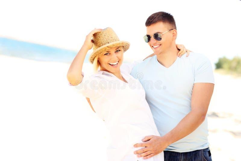 在海滩的可爱的夫妇跳舞 免版税图库摄影