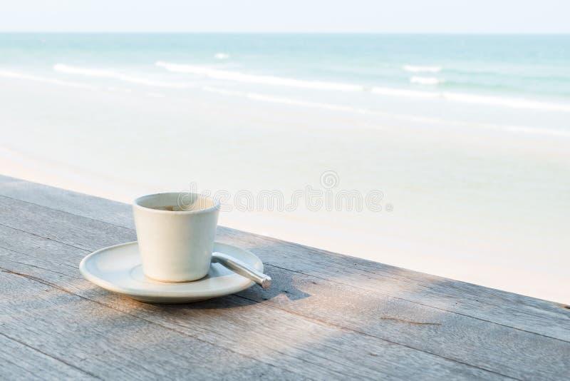在海滩的咖啡杯 免版税图库摄影