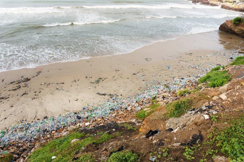 在海滩的塑料污染 图库摄影