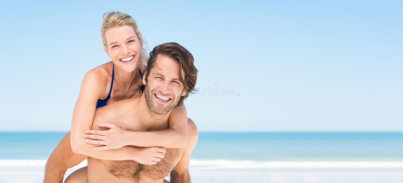 在海滩的夏天夫妇 免版税库存图片