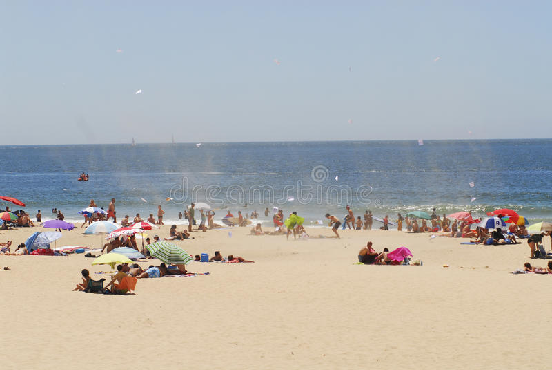 在海滩的夏日与罕见的旋风  免版税图库摄影