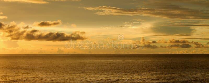 在海洋的多云天空 库存图片