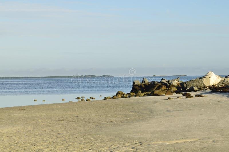 在海滩的大岩石 库存照片