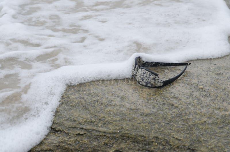 在海滩5的太阳镜 库存图片