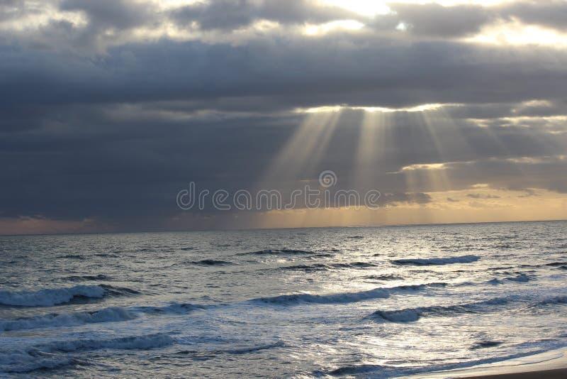 在海洋的太阳 免版税库存照片