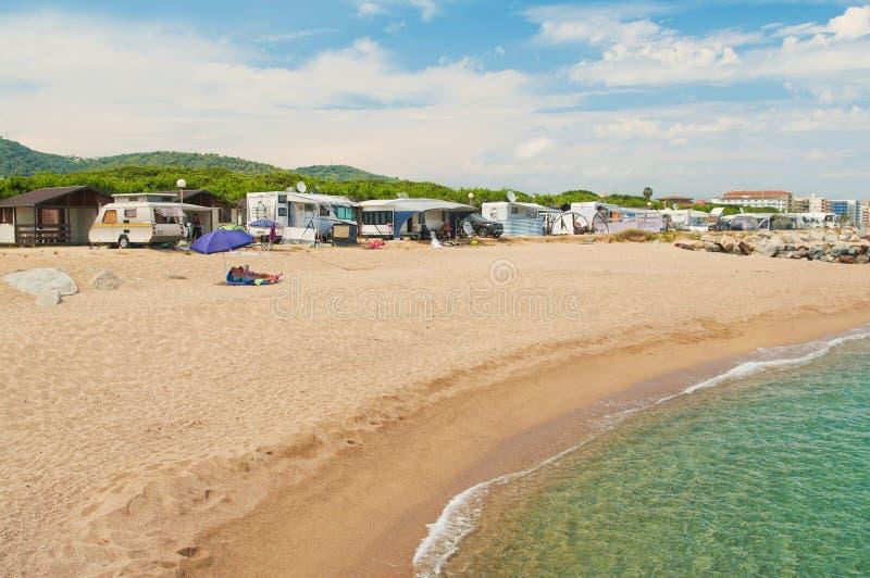在海滩的夫妇在露营地 免版税库存照片