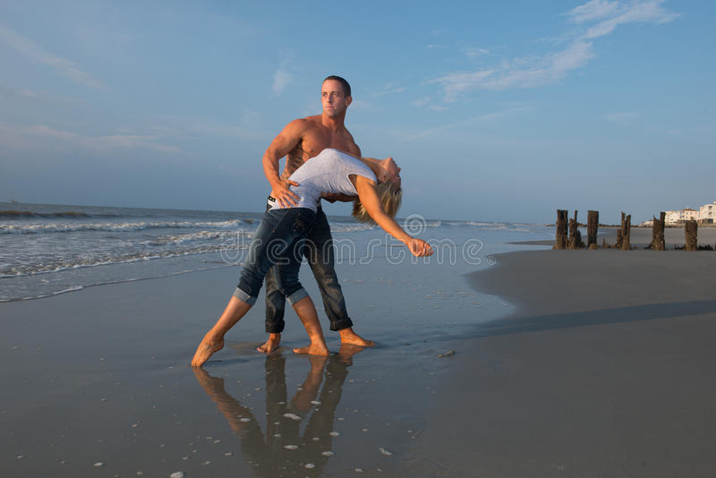 在海滩的夫妇跳舞 库存照片