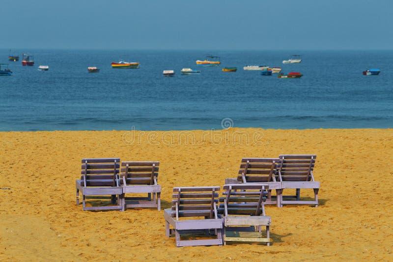 在海滩的夫妇长凳 免版税图库摄影