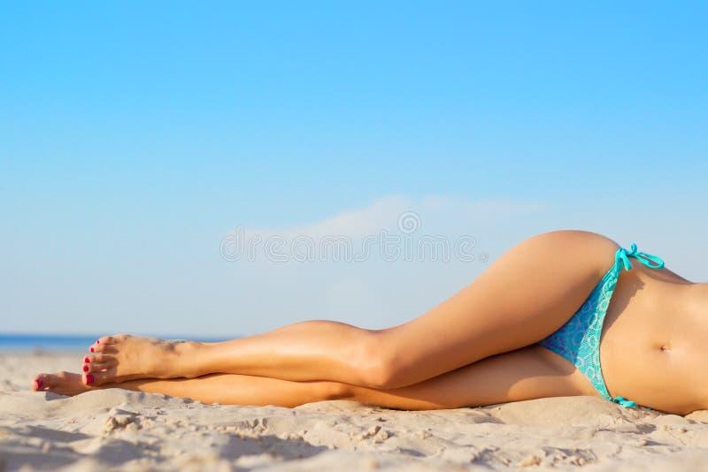 在海滩的妇女的腿 免版税库存照片