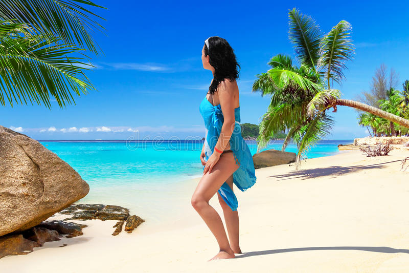在海滩的妇女enjoing的太阳假日 图库摄影