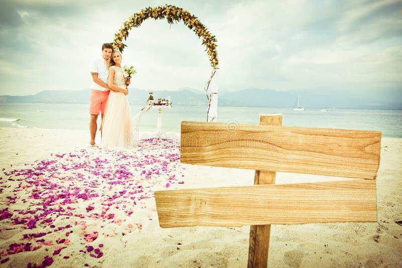 在海滩的婚礼夫妇 图库摄影