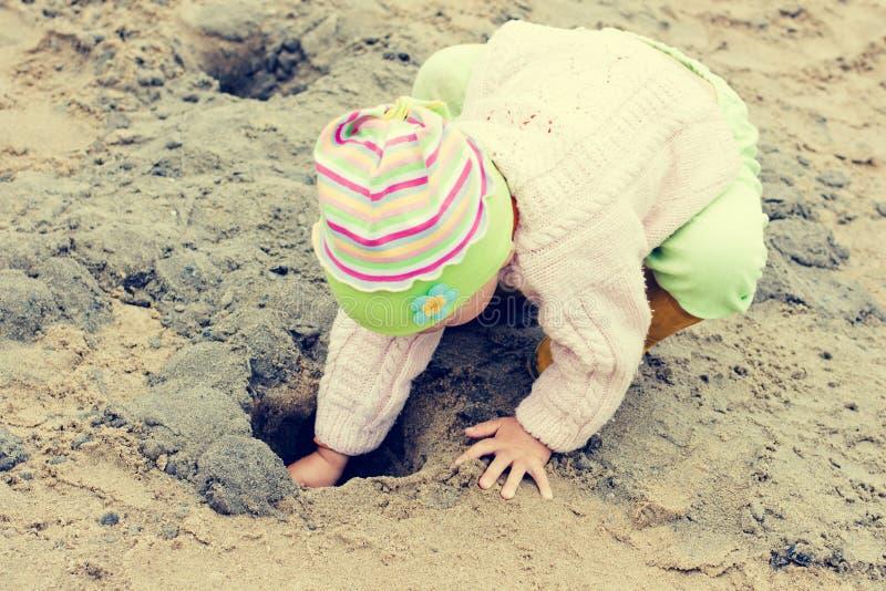 在海滩的孩子 图库摄影