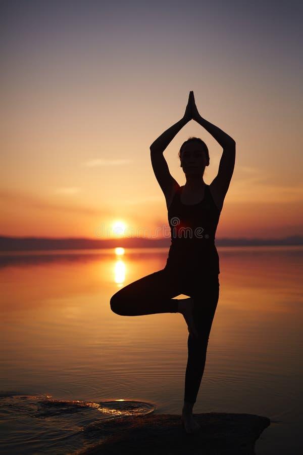 download 在海滩的实践的瑜伽 库存照片.图片