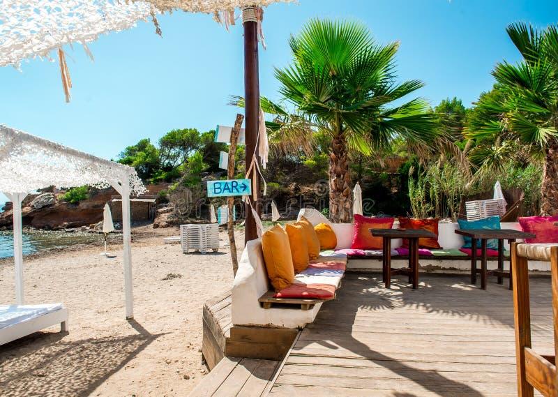 在海滩的室外酒吧伊维萨岛 免版税库存照片
