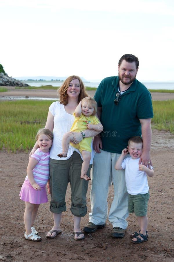 在海滩的家庭在夏天 库存图片
