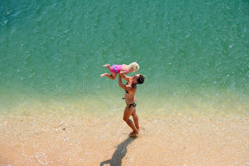 在海滩的家庭戏剧 免版税库存图片