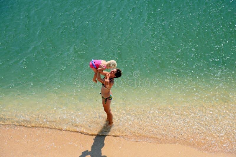在海滩的家庭戏剧 免版税图库摄影