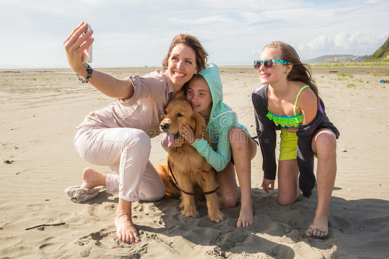 在海滩的家庭selfie 图库摄影