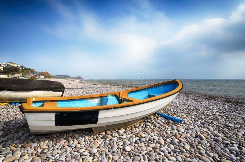在海滩的小船在Budleigh Salterton 免版税库存照片