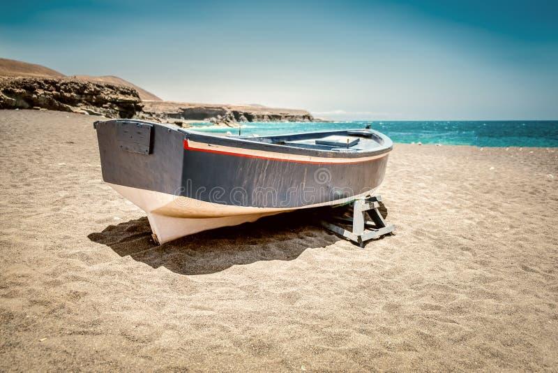 在海滩的小船在Fuertaventura 免版税图库摄影