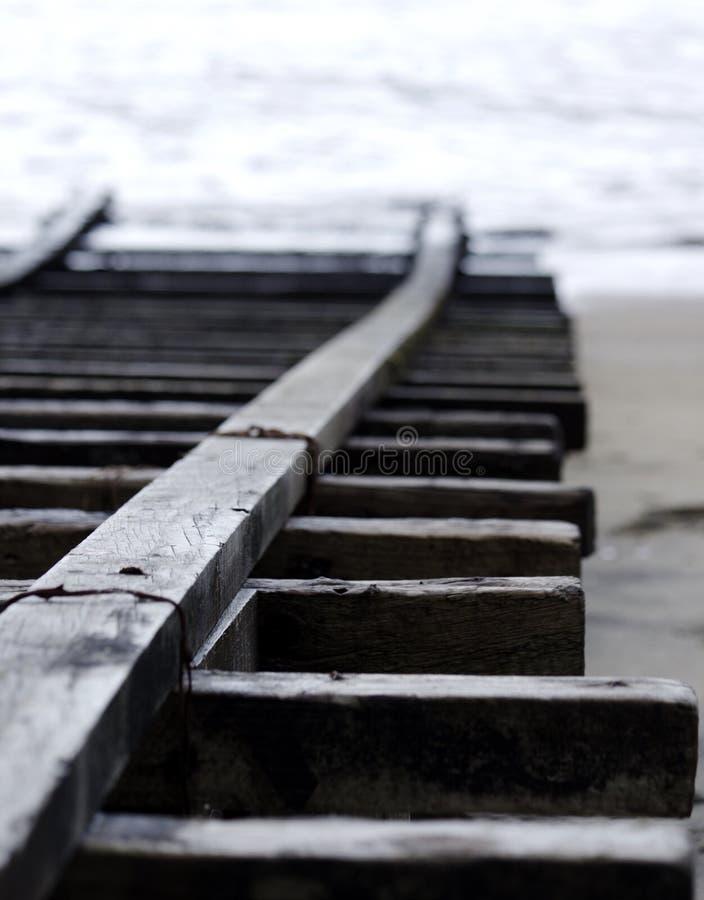 在海滩的小船舷梯 免版税图库摄影