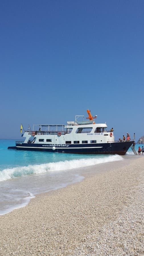 在海滩的小船 免版税库存照片