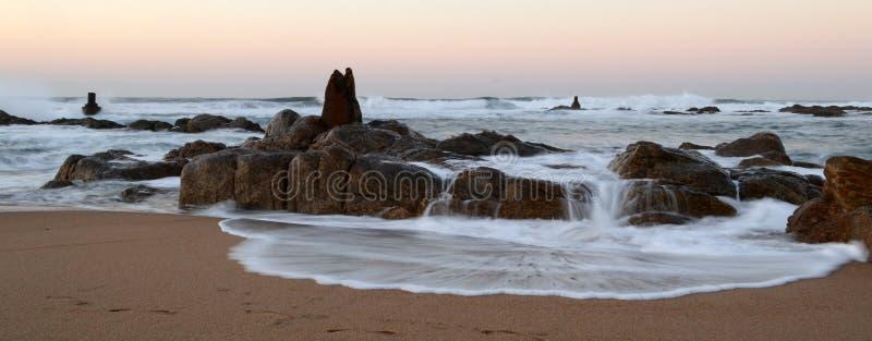 在海滩的岩层 免版税图库摄影