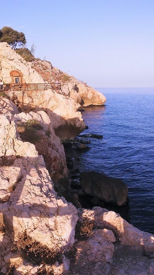 在海滩的峭壁 免版税图库摄影
