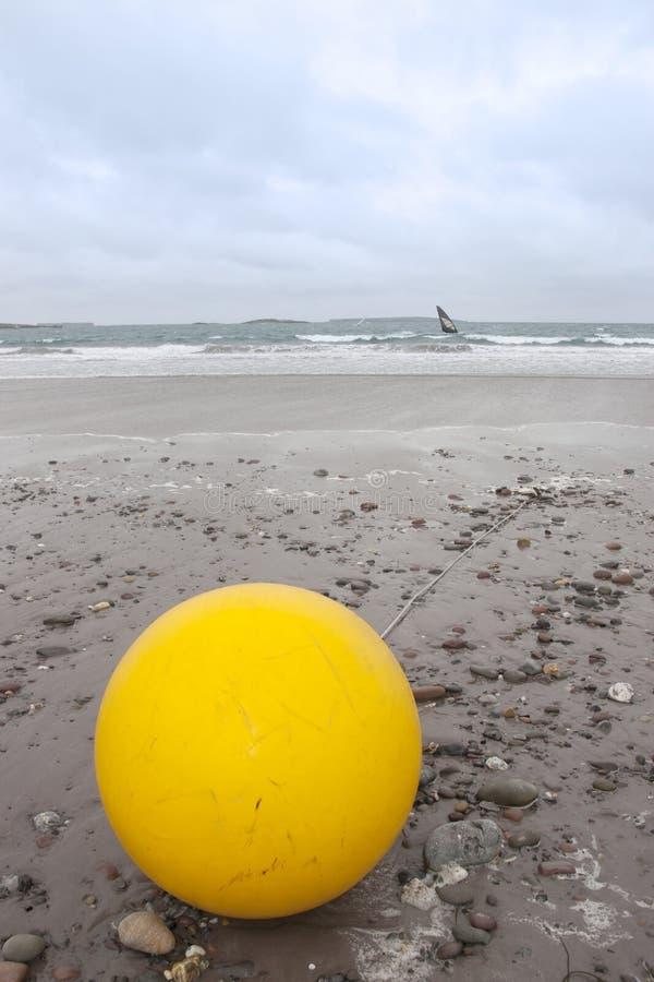 在海滩的巨型黄色浮体 库存图片