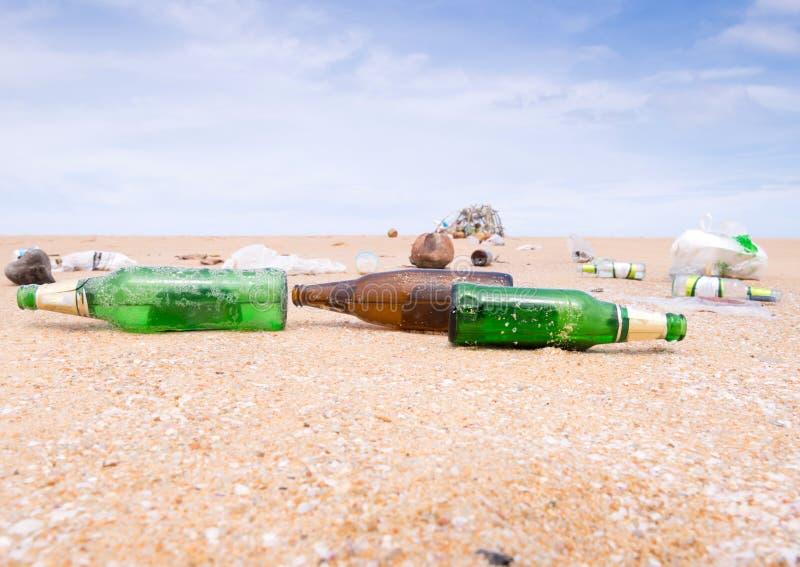在海滩的废物 库存图片