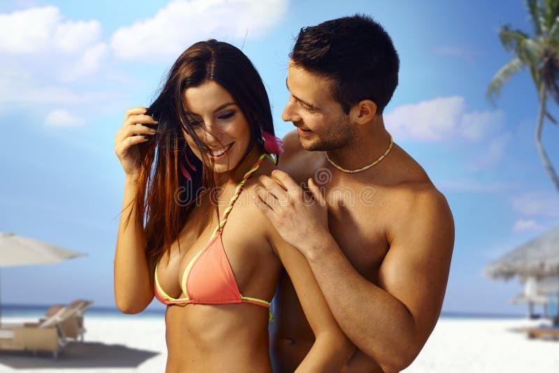 在海滩的性感的夫妇 免版税图库摄影