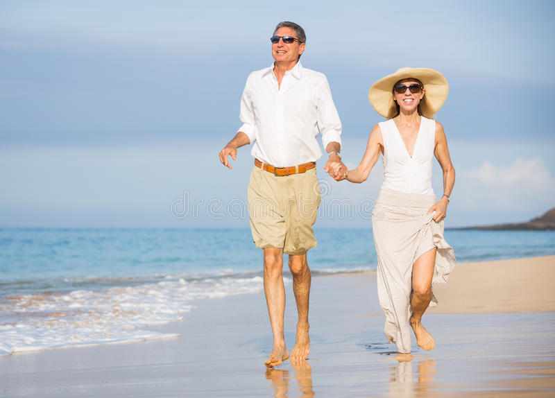 在海滩的愉快的资深夫妇。退休豪华热带Res 库存图片